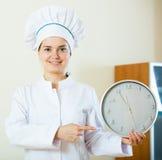 Επαγγελματικός θηλυκός μάγειρας που προσφέρει τη γρήγορη και εύκολη συνταγή Στοκ Φωτογραφίες