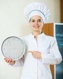 Επαγγελματικός θηλυκός μάγειρας που προσφέρει τη γρήγορη και εύκολη συνταγή Στοκ φωτογραφία με δικαίωμα ελεύθερης χρήσης