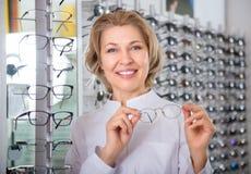 Επαγγελματικός θηλυκός οφθαλμολόγος στο κατάστημα οπτικής Στοκ φωτογραφία με δικαίωμα ελεύθερης χρήσης