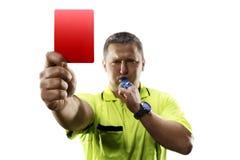 Επαγγελματικός διαιτητής ποδοσφαίρου την κόκκινη κάρτα που απομονώνεται που δίνει Στοκ Εικόνες