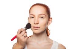 Επαγγελματικός καλλιτέχνης σύνθεσης που κάνει τη γοητεία με το κόκκινο πρότυπο τρίχας makeup Απομονωμένο υπόβαθρο Στοκ Εικόνα
