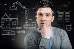 Επαγγελματικός μηχανικός κατασκευής που στέκεται στο σύνολο κατασκευής Στοκ εικόνα με δικαίωμα ελεύθερης χρήσης