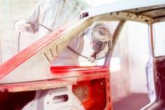 Επαγγελματικός μηχανικός μηχανικός που εργάζεται στη αυτοκινητοβιομηχανία Στοκ φωτογραφίες με δικαίωμα ελεύθερης χρήσης