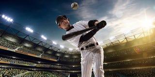 Επαγγελματικός παίχτης του μπέιζμπολ στη δράση Στοκ Εικόνες