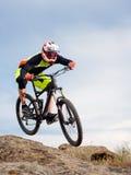 Επαγγελματικός ποδηλάτης που οδηγά το ποδήλατο κάτω από το δύσκολο Hill Ακραία αθλητική έννοια στοκ εικόνα