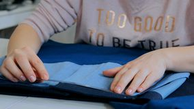 Επαγγελματικός ράφτης, σχεδιαστής που μετρά το σακάκι κοστουμιών για το ράψιμο στο ατελιέ Στοκ Φωτογραφίες