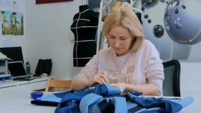 Επαγγελματικός ράφτης, σχεδιαστής που μετρά το σακάκι κοστουμιών για το ράψιμο στο ατελιέ Στοκ φωτογραφίες με δικαίωμα ελεύθερης χρήσης