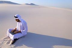 Επαγγελματικός σχεδιαστής τύπων Emirati με το πρόγραμμα προγραμμάτων υπολογιστών Στοκ εικόνα με δικαίωμα ελεύθερης χρήσης