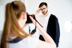 Επαγγελματικός φωτογράφος που εργάζεται στο στούντιο στοκ εικόνες