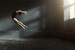 Επαγγελματικός χορευτής μπαλέτου που αποδίδει στο σκοτεινό αναμμένο δωμάτιο Στοκ φωτογραφία με δικαίωμα ελεύθερης χρήσης