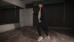Επαγγελματικός χορευτής που προετοιμάζει το νέο, επιθετικό, σύγχρονο χορό τους πριν από την επίδειξη Κινήσεις και λακτίσματα χορο απόθεμα βίντεο