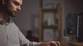 Επαγγελματικός όμορφος προγραμματιστής workign τη νύχτα απόθεμα βίντεο