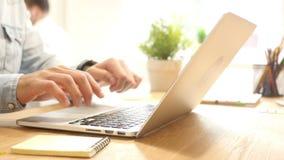 Επαγγελματικό άτομο στην εργασία, που συνδέει με το lap-top και που δακτυλογραφεί, γραφείο απόθεμα βίντεο