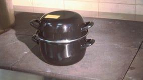 Επαγγελματικό καλυμμένο στάση τηγάνι μαγείρων στην καυτή σόμπα στην κουζίνα του εστιατορίου μαγειρεύοντας πιάτο preparing φιλμ μικρού μήκους