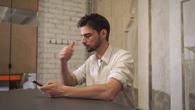 Επαγγελματικό μήνυμα γραψίματος επιχειρησιακών ατόμων στο smartphone απόθεμα βίντεο