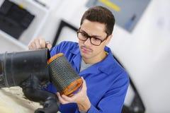 Επαγγελματικό μηχανικό καθαρίζοντας φίλτρο στο εργαστήριο στοκ φωτογραφία