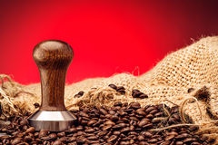 Επαγγελματικό ξύλινο stamper καφέ με τα φασόλια καφέ και σάκος στο ξύλινο υπόβαθρο, φωτογραφία προϊόντων για τη καφετερία στοκ εικόνα με δικαίωμα ελεύθερης χρήσης
