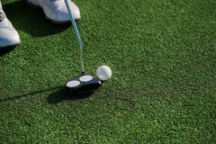 Επαγγελματικό παιχνίδι φορέων στο γήπεδο του γκολφ Παίκτης γκολφ που κρατά ένα clu Στοκ Εικόνες