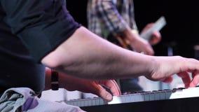 Επαγγελματικό παιχνίδι χεριών στο συνθέτη πληκτρολογίων απόθεμα βίντεο