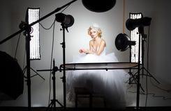 Επαγγελματικό στούντιο φωτογραφίας που παρουσιάζει πίσω από τα φω'τα σκηνών Στοκ φωτογραφία με δικαίωμα ελεύθερης χρήσης