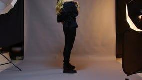 Επαγγελματικό στούντιο φωτογραφίας που παρουσιάζει πίσω από τα φω'τα σκηνών απόθεμα βίντεο