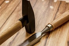 Επαγγελματικό σύνολο εργαλείων για τον ξυλουργό σε ένα ξύλινο υπόβαθρο Στοκ Εικόνα
