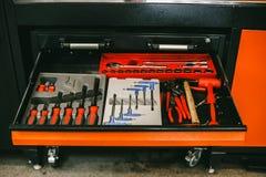 Επαγγελματικό σύνολο εργαλείων στο κιβώτιο του σταθμού συντήρησης αυτοκινήτων Στοκ Εικόνες