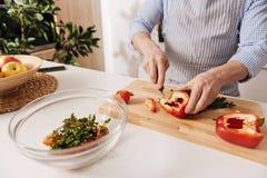 Επαγγελματικό τέμνον πιπέρι μαγείρων για το γεύμα στην κουζίνα Στοκ φωτογραφία με δικαίωμα ελεύθερης χρήσης