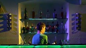 Επαγγελματικό bartender που κάνει τα δροσερά, καταπληκτικά τεχνάσματα φιλμ μικρού μήκους
