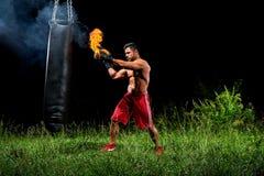 Επαγγελματικό punching μπόξερ sandbag υπαίθρια με το glo εγκιβωτισμού του Στοκ φωτογραφίες με δικαίωμα ελεύθερης χρήσης
