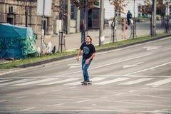 Επαγγελματικό skateboarder που οδηγά skateboard κύριο cit Στοκ Εικόνα