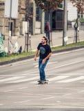 Επαγγελματικό skateboarder που οδηγά skateboard κύριο cit Στοκ φωτογραφίες με δικαίωμα ελεύθερης χρήσης