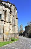 Επαιτικό γοτθικό ισπανικό γοτθικό ορόσημο Santo Domingo Church και μονή apse με τα δέντρα και το καμπαναριό Ribadavia, Ισπανία στοκ φωτογραφία με δικαίωμα ελεύθερης χρήσης