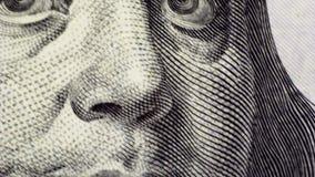 Επαλήθευση μετρητών κάτω από ένα μικροσκόπιο, κινηματογράφηση σε πρώτο πλάνο δολαρίων απόθεμα βίντεο