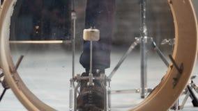 Επανάληψη ενός συγκροτήματος ροκ Ένας τυμπανιστής που χτυπά το διαφανές λάκτισμα απόθεμα βίντεο