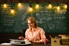 Επαναλάβετε τη σύνταξη για τη μελλοντική συνέντευξη εργασίας επαναλάβετε το γράψιμο από τη γυναίκα στα γυαλιά στοκ εικόνα