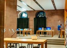 Επανασχεδιασμός της Apple sotre για τα επερχόμενα νέα προϊόντα Στοκ φωτογραφία με δικαίωμα ελεύθερης χρήσης