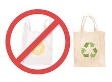 Επαναχρησιμοποιήσιμη τσάντα υφασμάτων αντί της πλαστικής τσάντας στοκ εικόνες