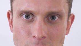 Επανδρώνει τα μάτια που παρουσιάζουν το μίσος καια amotions Βλάστηση σε μια άσπρη ανασκόπηση φιλμ μικρού μήκους