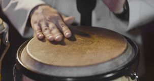 Επανδρώνει τα χέρια που παίζουν τύμπανο έξω κτυπά απόθεμα βίντεο