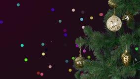 Επανδρώνει το χέρι διακοσμεί το χριστουγεννιάτικο δέντρο αφηρημένη ανασκόπηση Η πυράκτωση σπινθηρίσματος λάμπει τρέμοντας πράσινο απόθεμα βίντεο
