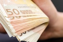 Επανδρώνει το χέρι κρατώντας αρκετά 50 ευρο- τραπεζογραμμάτια στοκ φωτογραφίες με δικαίωμα ελεύθερης χρήσης
