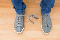 Επανδρώνει τα παπούτσια με τις μπλεγμένες δαντέλλες στοκ φωτογραφίες