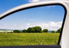 Επαρχία μέσω ενός παραθύρου αυτοκινήτων Στοκ εικόνα με δικαίωμα ελεύθερης χρήσης