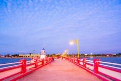 Επαρχία Khiri Khan Prachuap, Ταϊλάνδη - 30 Δεκεμβρίου 2017: Το ρολόι τουριστών η ανατολή στο Saran VI γέφυρα AO γραμμάτων Τ prach Στοκ Φωτογραφίες