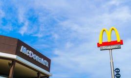 Επαρχία Khonkaen, Ταϊλάνδη - 20 Δεκεμβρίου 2015: Λογότυπο McDonalds Στοκ φωτογραφία με δικαίωμα ελεύθερης χρήσης