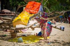 Επαρχία Krabi, παραλία Phra nang, Ταϊλάνδη - 12 Φεβρουαρίου 2019: Τα παιδιά έχτισαν μια καλύβα, μια σκηνή των σαλιών στο δέντρο Σ στοκ εικόνα