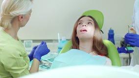 Επείγουσα επεξεργασία του πονόδοντου στο γραφείο οδοντιάτρων Οδοντίατρος που μεταχειρίζεται το άρρωστο δόντι απόθεμα βίντεο