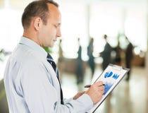 _ επενδυτής με το οικονομικό σχέδιο των εισοδημάτων Στοκ Εικόνα