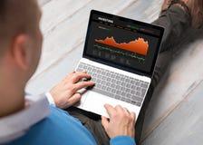 Επενδυτής που χρησιμοποιεί το lap-top Στοκ εικόνες με δικαίωμα ελεύθερης χρήσης